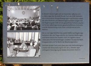 Gedenktafel, Runder Tisch, Ossietzkystraße 45, Berlin-Niederschönhausen, Deutschland